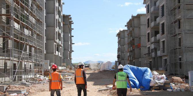 Elazığ'da depremde yıkılan binalar için işçiler bayramda da mesai yapıyor!