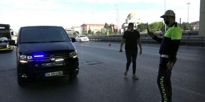 Çakar lambalı minibüsle yakalanan genç, yoklama kaçağı çıktı!