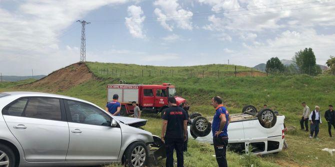 Bingöl'de korkunç kaza! Ticari araçla çarpışan otomobil tarlaya uçtu