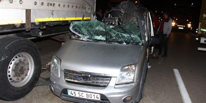 Manisa'da freni patlayan araç TIR ile çarpıştı! 4 yaralı
