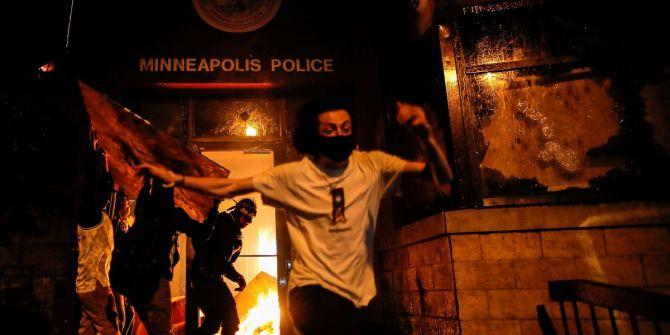 ABD'de protestocular polis merkezini ateşe verdi!