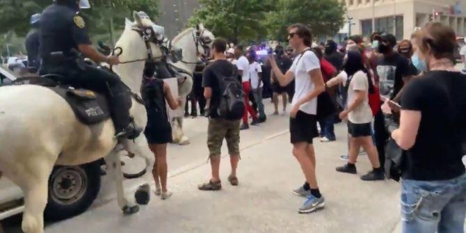 ABD'de skandal olay! Atlı polis göstericiyi ezdi