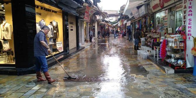İzmir'de bir anda bastıran sağanak yağış hayatı felç etti!