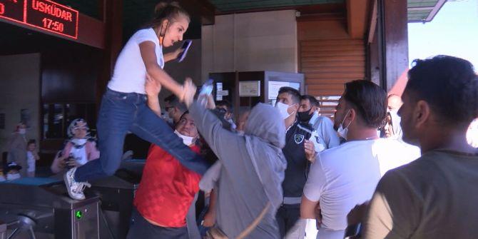 Eminönü İskelesi'nde çıkan kavgada uçan tekme atan kadın görenleri şaşırttı!
