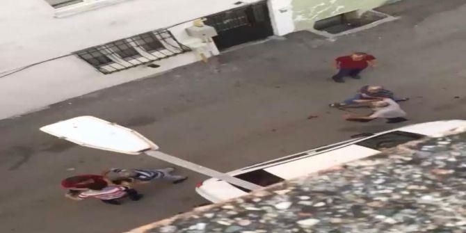 Sokakta top oynayan gençleri dövüp bıçakla kovaladı!