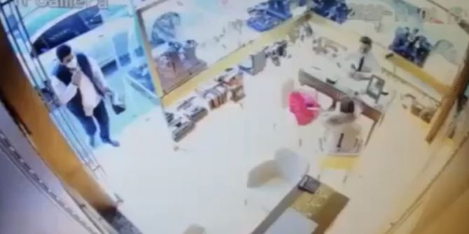 Kuyumcuda bilezik bozduracaktı! Hırsıza cep telefonunu kaptırdı