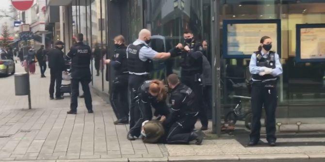 Almanya'da polisten maskesiz başörtülü kadına sert müdahale!