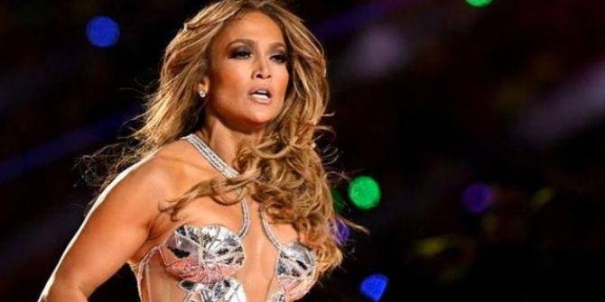 Jennifer Lopez kırmızı bikinisiyle nefesleri kesti!