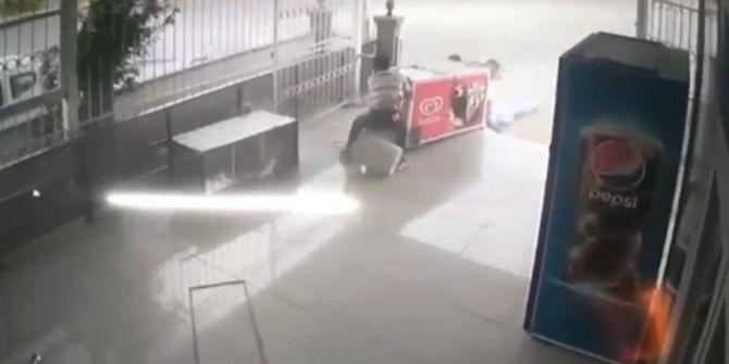 Market sahibinin zor anları! Aşırı rüzgar içi dolu dondurma dolabı uçurdu!